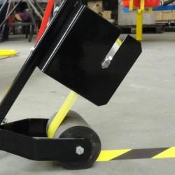 Wózek do naklejania taśmy oznaczeniowej o szerokości od 50 do 100mm.